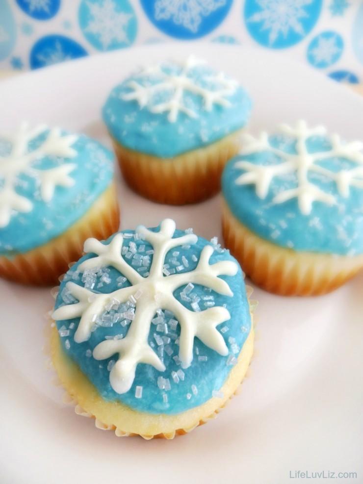 Snowflake Cupcakes with Free Printable Snowflake Template!