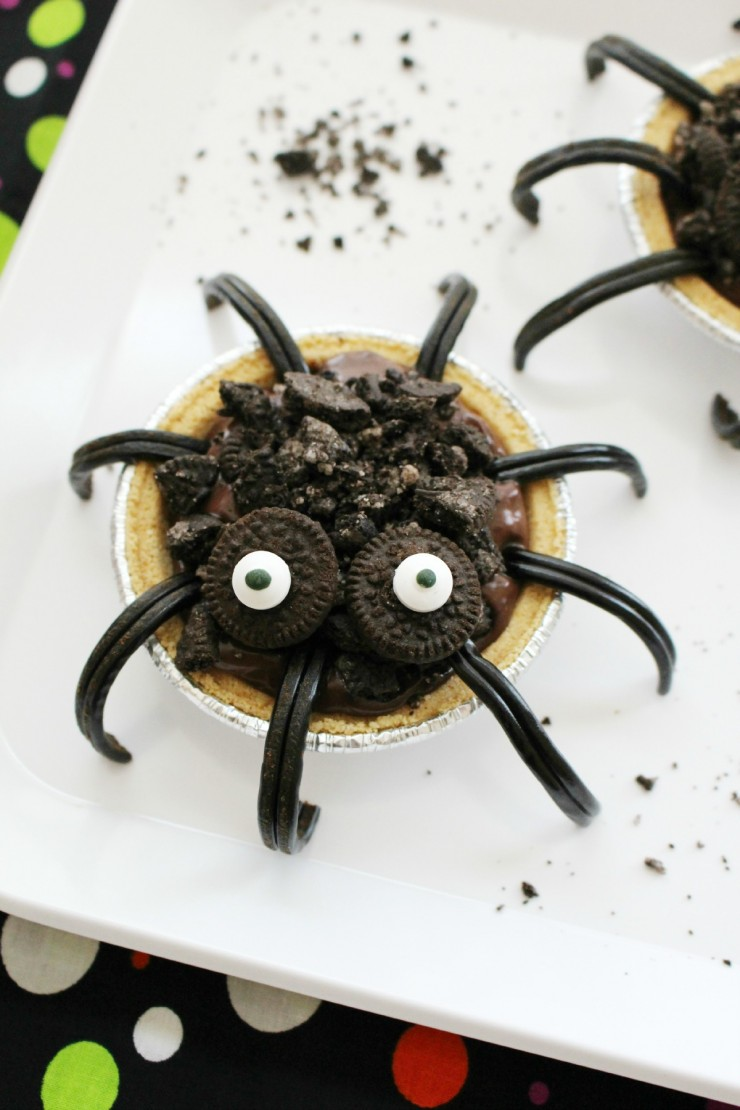 These Chocolate Oreo Spider Pies would make for an easy and fun food craft for kids to make at a Halloween party!