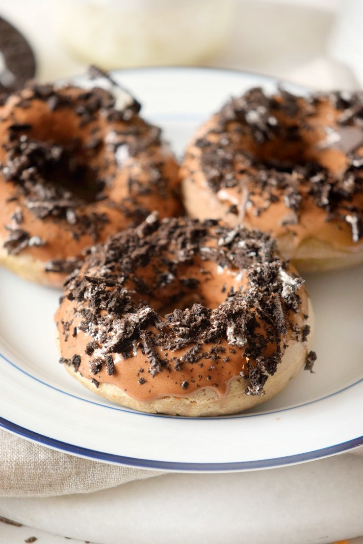 These Cookies and Cream Baked Donuts are delicious with a cup of coffee. Full of flavour but super easy to make, this is a must try breakfast or dessert recipe.