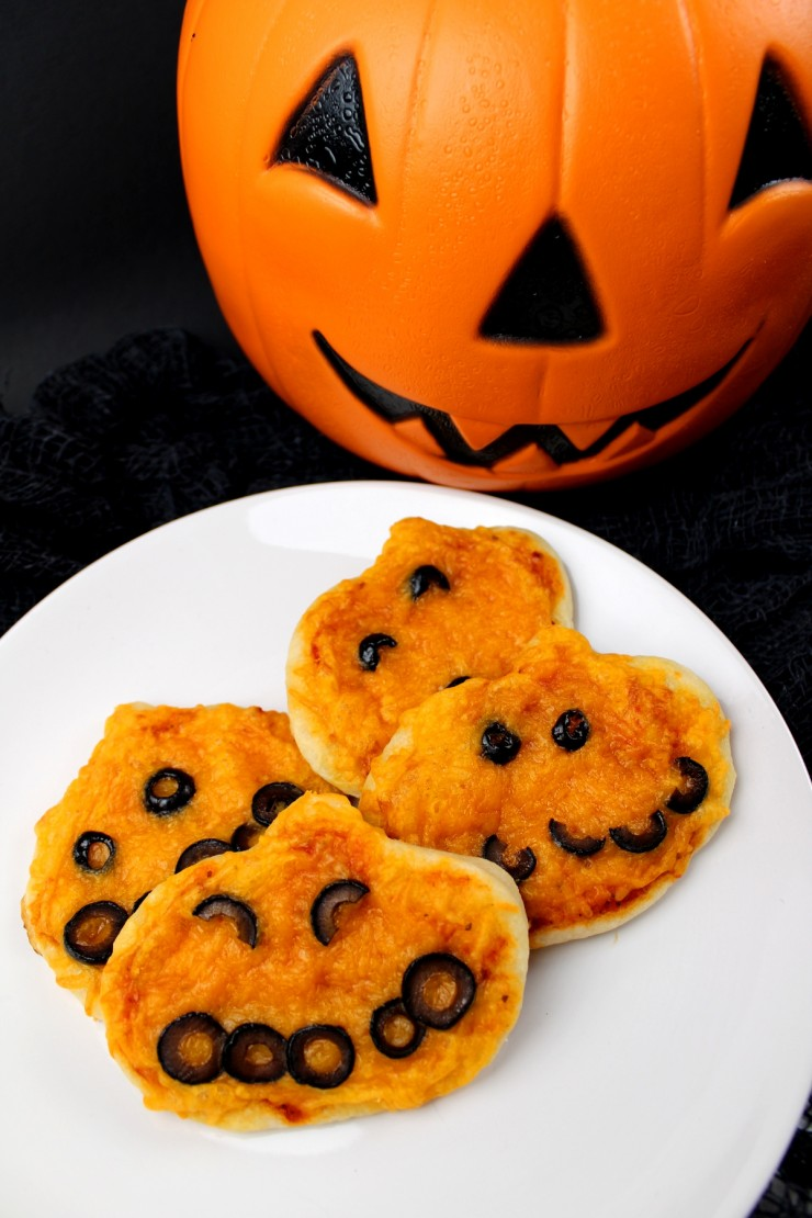 These Halloween Mini Pumpkin Pizzas are a fun Halloween snack for after school. They could also be a fun part of a Halloween school lunch box!