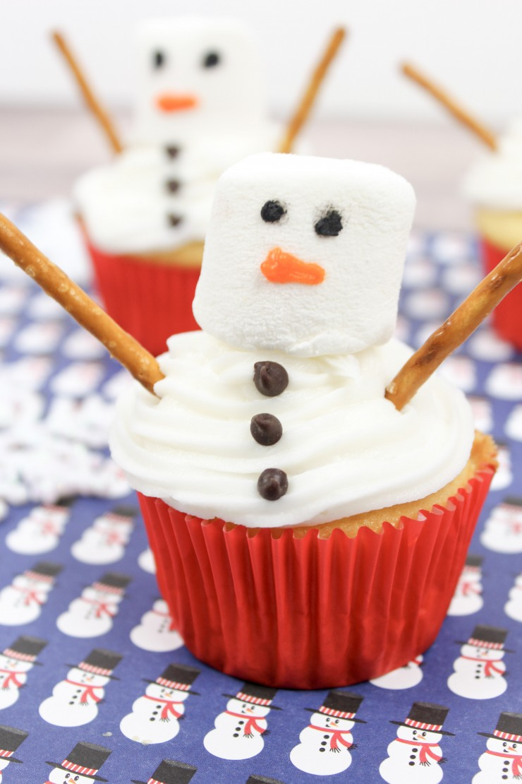 These snowman cupcakes are simple but festive and are perfect for class Christmas parties, holiday bake sales or an after dinner treat at any holiday dinner party.