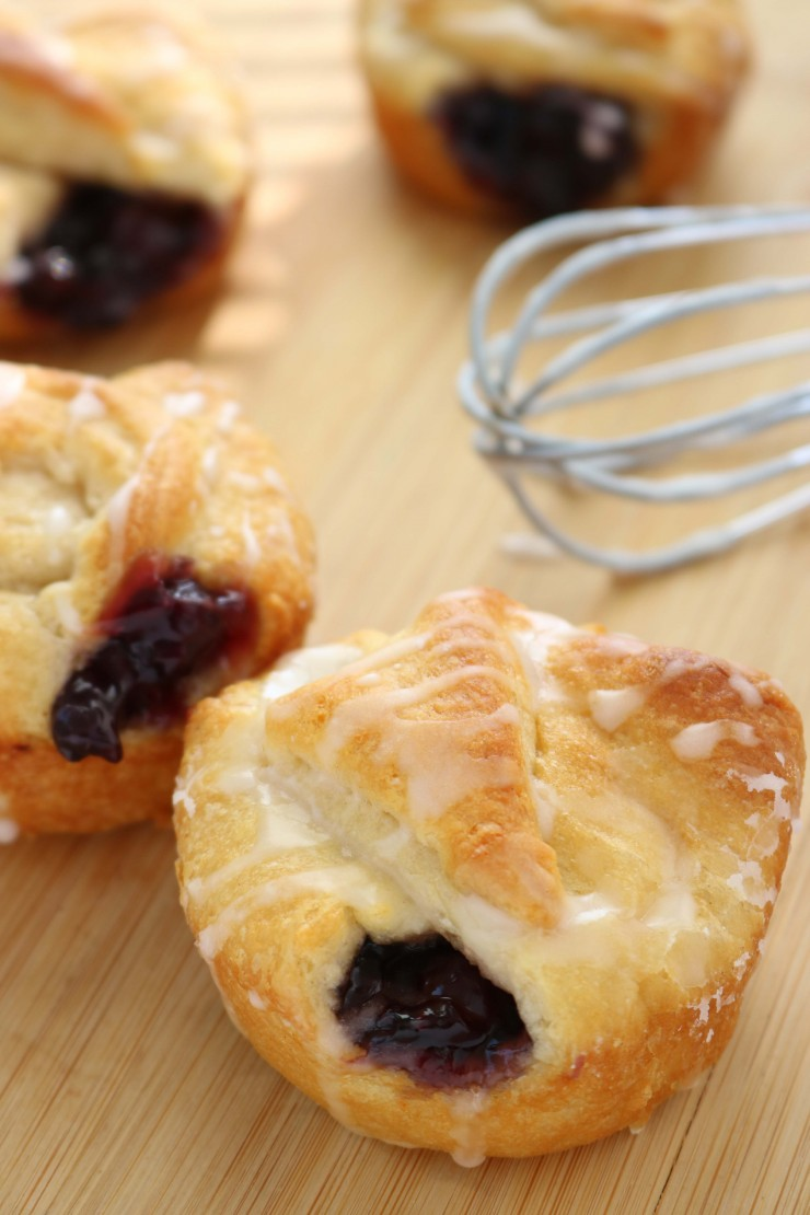 These Blueberry Pie Bites are a simple and easy dessert to make for groups, or just for your family to enjoy.