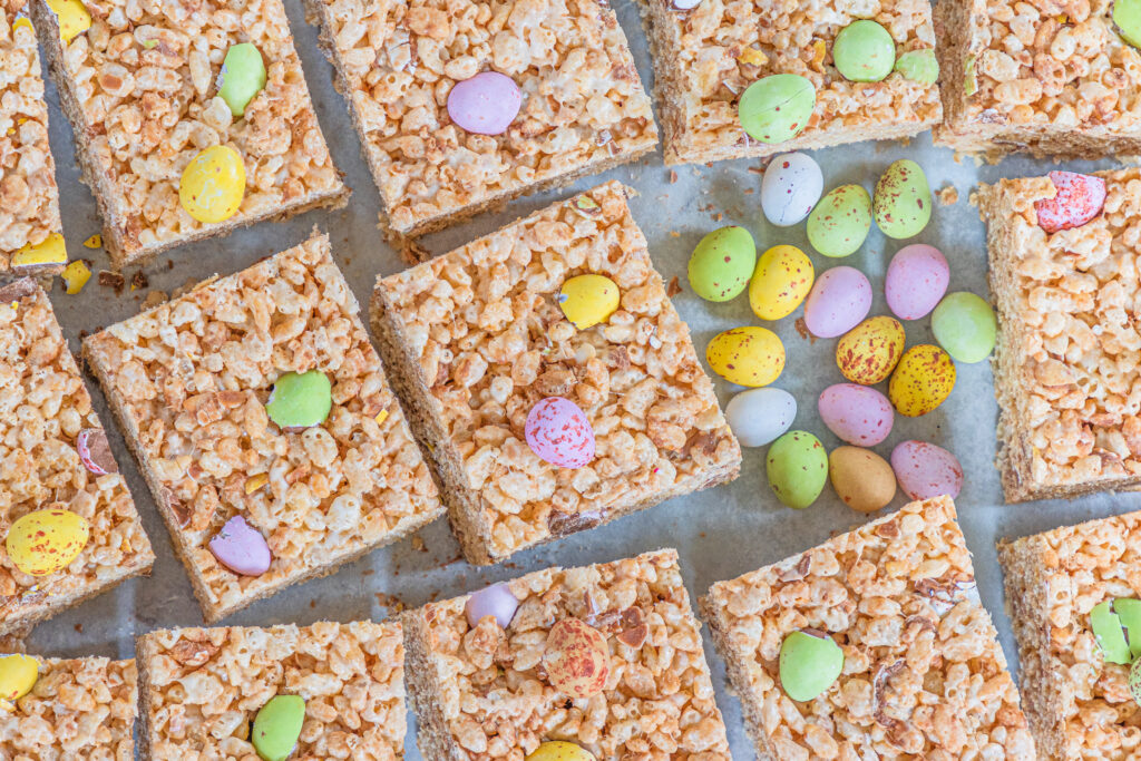 Mini Egg Rice Krispie Treats are a really easy twist on the classic rice cereal treats that make for a yummy Easter dessert for kids.